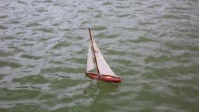 Lura fartyget för ` som s svävar i stadsspringbrunn arkivfilmer