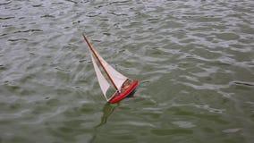 Lura fartyget för ` som s svävar i stadsspringbrunn lager videofilmer