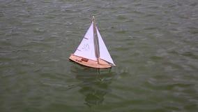 Lura fartyget för ` som s svävar i stadsspringbrunn stock video