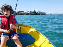 Lura fiske från den lilla jollen på den Tauranga hamnen Royaltyfri Fotografi