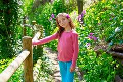 Lura flickan i vårspår i den Cuenca skogen av Spanien royaltyfri bild