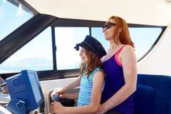 Lura flickan som att låtsa är en sjöman med hennes moder Royaltyfria Bilder
