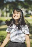 Lura framsidan av asiatiskt hår för tonåringshownskalufs som flödar förbi w royaltyfria bilder
