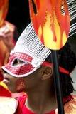 Lura slitage en fjädermaskering, den Notting Hill karnevalet Arkivbilder