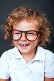 Lura ståenden i glasögon som ler över svart backgrund Royaltyfri Fotografi