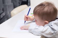 Lura teckningen med blyertspennor på papper på en vit tabell arkivbild