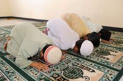 lurar att be för muslim royaltyfria bilder