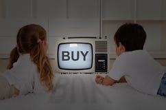 Lurar den hållande ögonen på televisionen - mental imprinting Arkivfoton