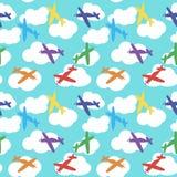 Lurar den sömlösa modellen med färgrika flygplan, stjärnor och moln Vit bakgrund Arkivbild