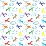 Lurar den sömlösa modellen med färgrika flygplan, stjärnor och moln Vit bakgrund behandla som ett barn den seamless bakgrundsbarn Royaltyfri Fotografi