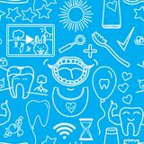 Lurar fastställd tandvård för vektorn symboler Sömlös modell som isoleras på blå bakgrund Arkivbilder
