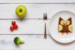 Lurar formade smörgåsen för menyn ugglan med grönsaker och frukter Royaltyfri Fotografi