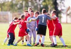 Lurar fotbollfotboll - barnspelare som firar efter victo arkivfoto