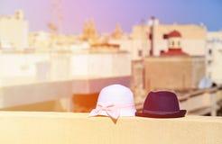 Lurar hattar på semester i stads- Europa Royaltyfri Bild