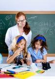 lurar kvinnan för lärare för nerdskoladeltagare Royaltyfri Fotografi