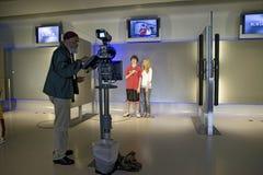 Lurar lära hur man är på-kameran reporter Arkivbild