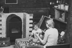 lurar leka toys abstrakt lekillustration för begrepp 3d Den vända tillbaka kvinnan visar hennes sonkonstruktörstycken Blond röd p Arkivbild