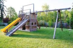 Lurar lekplatsen i fäktad bakgård av huset. Fotografering för Bildbyråer