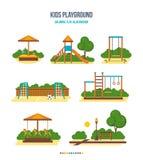 Lurar lekplatsen: sandlådan glidbanan, gunga, fotbollfältet, trappa, karusell, parkerar Royaltyfri Foto