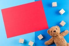 Lurar leksakbakgrund med nallebjörnen, bilar och träkvarter Fotografering för Bildbyråer