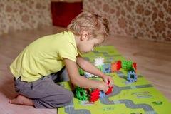Lurar leksaker Barnbyggnadstorn av leksakkvarter royaltyfri bild