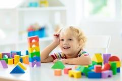 Lurar leksaker Barnbyggnadstorn av leksakkvarter royaltyfria bilder