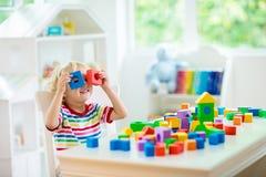 Lurar leksaker Barnbyggnadstorn av leksakkvarter arkivfoton