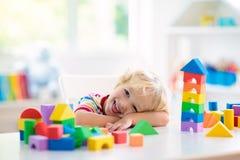 Lurar leksaker Barnbyggnadstorn av leksakkvarter arkivbilder