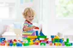 Lurar leksaker Barnbyggnadstorn av leksakkvarter royaltyfri foto
