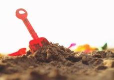 Lurar leksaker på den sandiga stranden Royaltyfria Foton
