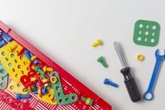 Lurar leksakhjälpmedelsatsen för utbildning på vit bakgrund Arkivbild