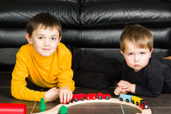 Lurar pojkar som spelar med trädrev Royaltyfri Fotografi