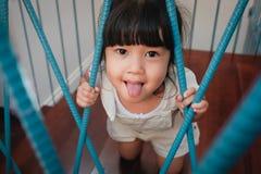 lurar sk?mtsamt Barndombegrepp Sm? gulliga 3-4 ?r gammal flicka i lycka?gonblick Barn som spelar i hus arkivfoto