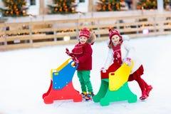 Lurar skridskoåkning i vinter Isskridskor för barn arkivfoton