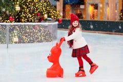 Lurar skridskoåkning i vinter Isskridskor för barn fotografering för bildbyråer