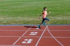 Lurar sporten, barnspring på stadionspår, utbildning och kondition Royaltyfria Foton