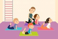 Lurar yoga med instruktören Arkivbild