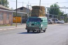 LUSARAT,亚美尼亚- 2016年10月12日:老汽车运载大包干草 免版税库存照片