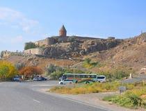 LUSARAT,亚美尼亚- 2016年10月12日:在Khor前面Virap修道院的汽车停车处  免版税库存照片