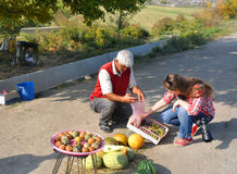 LUSARAT, ΑΡΜΕΝΙΑ - 12 ΟΚΤΩΒΡΊΟΥ 2016: Μια γυναίκα αγοράζει τα φρούτα Στοκ εικόνα με δικαίωμα ελεύθερης χρήσης