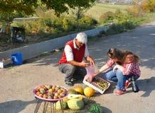 LUSARAT, АРМЕНИЯ - 12-ОЕ ОКТЯБРЯ 2016: Женщина покупает плодоовощ Стоковое Изображение RF