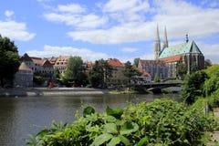 Lusatianneisse rivier en St Peter en Paul Church in Görlitz Stock Foto
