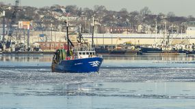 Luso för skyttel för kommersiellt fiske amerikan I i is på Acushnet Riv Arkivbilder