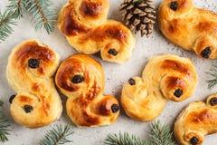 Lussebulle ou lussek sueco tradicional dos bolos do açafrão do Natal imagem de stock royalty free