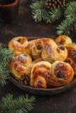Lussebulle ou lussek sueco tradicional dos bolos do açafrão do Natal imagens de stock royalty free