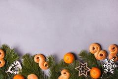 Lussebulle ou lussekatt sueco tradicional dos bolos do açafrão do Natal Natal sueco Fundo escuro, decoração do Natal foto de stock