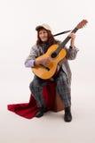 Lustige ältere Dame, die Akustikgitarre spielt stockfotos