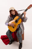 Lustige ältere Dame, die Akustikgitarre spielt lizenzfreie stockbilder