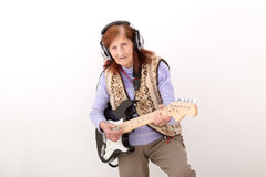 Lustige ältere Dame, die E-Gitarre spielt Stockbild