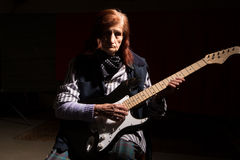 Lustige ältere Dame, die E-Gitarre spielt stockfotografie
